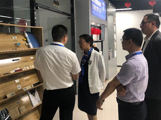 东软汉枫医疗科技卢朝霞董事长一行了解厦门艾欧特科技的RFID标签产品