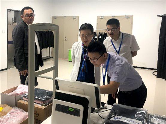 向东软汉枫医疗科技卢朝霞董事长一行介绍厦门艾欧特科技的智能仓储管理解决方案