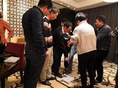 """厦门艾欧特科技举行的""""抱团站""""团队协作游戏激烈讨论中"""