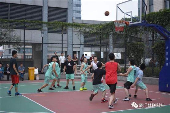 城联科技和艾欧特科技兄弟公司篮球友谊赛的激烈的比赛现场