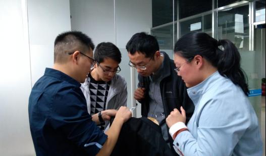 艾欧特科技董事长林和瑞(左一)向赵雅青博士(右一)一行介绍服装行业区块链应用