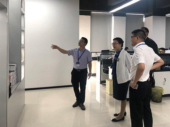 员工向卢朝霞董事长一行介绍厦门艾欧特公司的发展状况