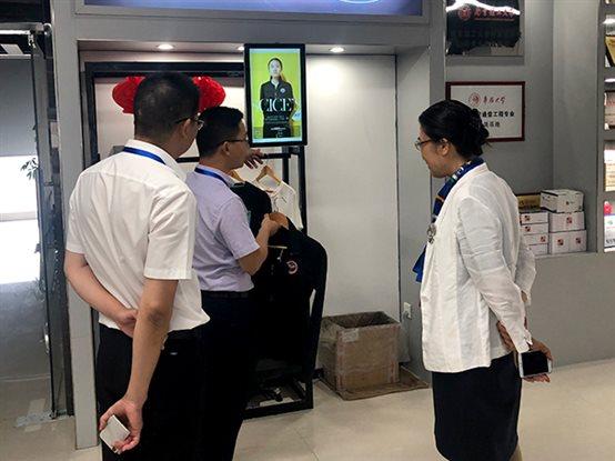向卢朝霞董事长一行介绍厦门艾欧特科技的智慧服装零售解决方案